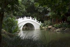 Puente en jardín chino imagen de archivo