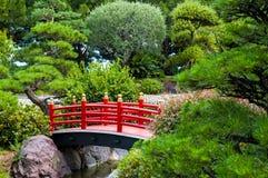 Puente en jardín Imagen de archivo libre de regalías