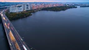 Puente en Kiev, la capital del automóvil y del ferrocarril de Ucrania Puente en la puesta del sol a través del río de Dnieper Pue Imagenes de archivo