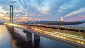 Puente en Kiev, la capital del automóvil y del ferrocarril de Ucrania Puente en la puesta del sol a través del río de Dnieper Pue Foto de archivo libre de regalías