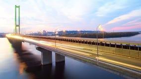 Puente en Kiev, la capital del automóvil y del ferrocarril de Ucrania Puente en la puesta del sol a través del río de Dnieper Pue Fotos de archivo libres de regalías
