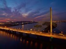 Puente en Kiev, la capital del automóvil y del ferrocarril de Ucrania Puente en la puesta del sol a través del río de Dnieper Pue Foto de archivo