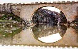 Puente en Kosovo imagenes de archivo