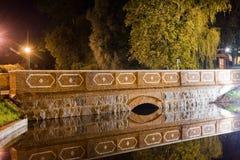 Puente en Kuldiga en Letonia Foto de archivo