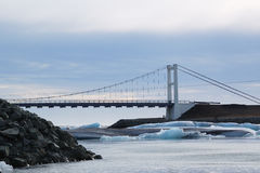 Puente en la laguna del glaciar Imágenes de archivo libres de regalías
