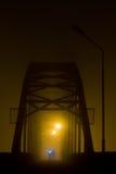 Puente en la niebla fotos de archivo