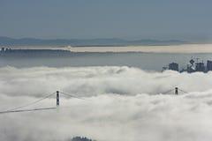 Puente en la niebla Foto de archivo libre de regalías