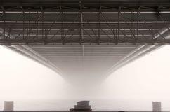 Puente en la niebla Imagenes de archivo