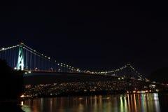 Puente en la noche fotos de archivo