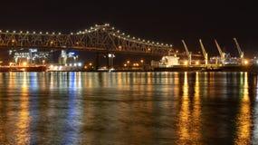 Puente en la noche en Baton Rouge, Luisiana del r?o Misisipi fotos de archivo