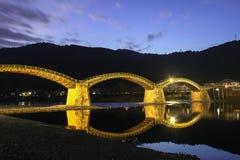 Puente en la noche - Iwakuni, Japón de Kintai Fotos de archivo
