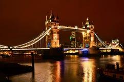Puente en la noche, Londres de la torre Foto de archivo libre de regalías