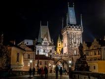 Puente en la noche, Praga de Charles Imagenes de archivo