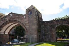 Puente en la original Roman Walls que cerca la ciudad de Chester en Inglaterra imágenes de archivo libres de regalías