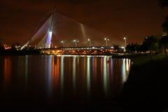 Puente en la oscuridad, Putrajaya de Seri Wawasan foto de archivo libre de regalías
