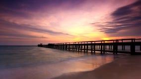 Puente en la playa en puesta del sol Fotos de archivo libres de regalías