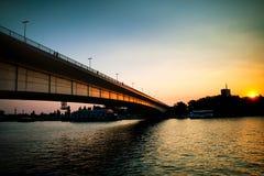 Puente en la puesta del sol Fotos de archivo