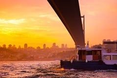 Puente en la puesta del sol, Estambul, Turquía de Bosphorus imagen de archivo libre de regalías