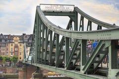 Puente en la tubería de río en Francfort, Alemania Imagen de archivo