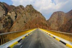 Puente en las montañas Foto de archivo libre de regalías