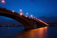 Puente en luces de la noche Foto de archivo libre de regalías