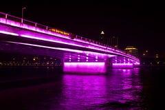 Puente en luces púrpuras Foto de archivo libre de regalías