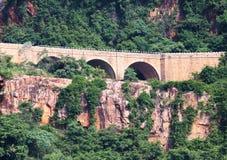 Puente en montaña Fotografía de archivo libre de regalías