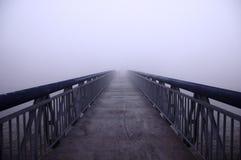 Puente en niebla Fotos de archivo