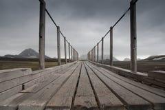 Puente en paisaje a lo largo de la pista de senderismo en Islandia Fotos de archivo