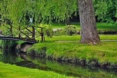 Puente en parque Imagenes de archivo