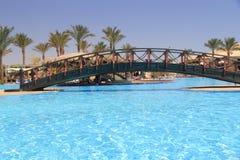 Puente en piscina fotos de archivo