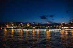 Puente en St Petersburg con la iluminación de las luces en la noche blanca del verano, río de Neva foto de archivo libre de regalías