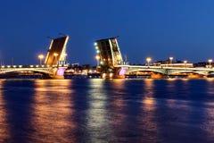 Puente en St Petersburg, Rusia Foto de archivo
