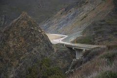 Puente en un camino de la montaña Foto de archivo