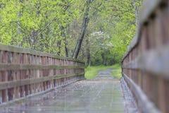 Puente en un camino rural imagen de archivo