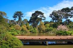 Puente en un parque Fotos de archivo