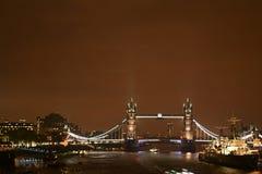 Puente en una noche lluviosa - Londres de la torre en la noche Foto de archivo libre de regalías