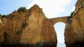 Puente en una playa