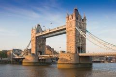 Puente en una puesta del sol, Londres, Reino Unido de la torre Imagen de archivo libre de regalías