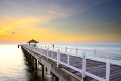 Puente enselvado en el puerto entre la salida del sol. Imágenes de archivo libres de regalías