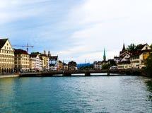 Puente entre los cielos claros y las aguas azules Foto de archivo