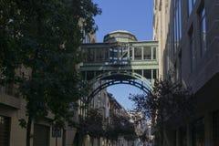 Puente entre los edificios Fotografía de archivo