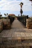 Puente estrecho viejo de deseos en Jaffa viejo contra el azul fotografía de archivo libre de regalías