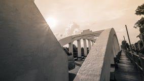 Puente famoso blanco viejo de Lampang Tailandia con la luz de Sun del cielo azul y Niza el día imágenes de archivo libres de regalías