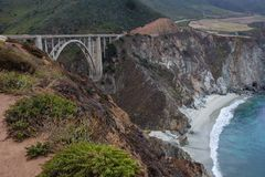 Puente famoso de Bixby a lo largo de la costa costa de Big Sur en California, los E.E.U.U. imagen de archivo