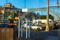 Puente famoso de Dom Luis I en Ribeira - reflexión en las ventanas de la ciudad vieja Imágenes de archivo libres de regalías