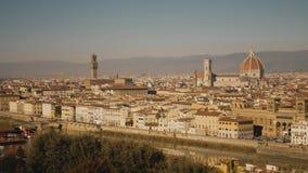 Puente famoso de Florence Cathedral y de Ponte Vecchio, señales principales de la ciudad Italia almacen de metraje de vídeo