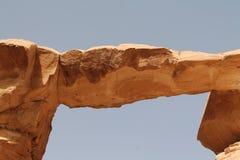 Puente famoso de la roca entre las dunas del desierto Imagen de archivo libre de regalías