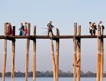 Puente famoso de la teca de U Bein en el lago Taungthaman en Myanmar foto de archivo