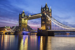 Puente famoso de la torre por la tarde Foto de archivo libre de regalías